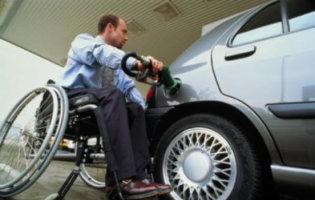 Rolstoeler Tankt Benzine
